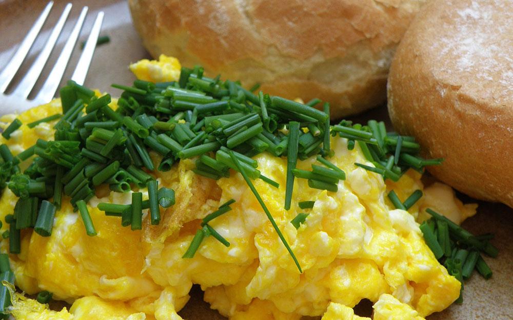 dietetyczne śniadanie - jajecznica po francusku